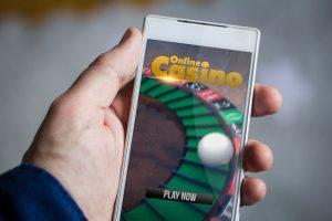 アプリでオンラインカジノをする様子